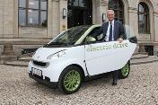 Bundesminister-Peter-Ramsauer-mit-einem-elektrisch-betriebenen-Smart