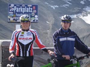 Freude über den (inoffiziellen) Glocknerrekord: Thomas Messner und Rad-Kollege Bernhard Strasser, beide ElectroDrive Salzburg