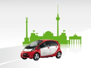 Der i-MiEV vor der grünen Berlin Skyline