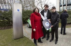 von li.: Frau Hartwig-Tiedt, Frank Müller und Andreas Gräwingholt bei der Übergabe des Stromos